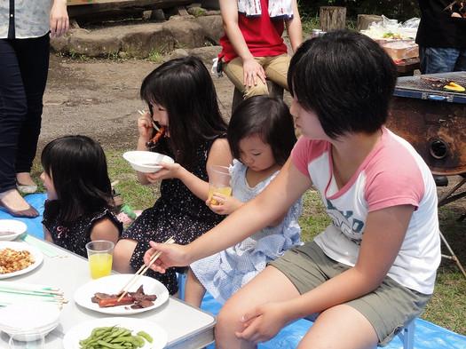 Dsc00060 焼肉で腹いっぱいになった娘たちは、 どうしても水遊びがしたいと懇願する...